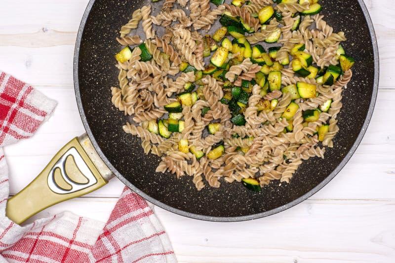 Fusilli-Teigwaren mit Zucchini auf grauem Holz lizenzfreies stockbild