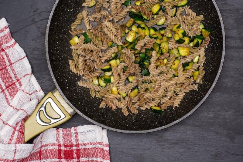 Fusilli-Teigwaren mit Zucchini auf grauem Stein stockbilder