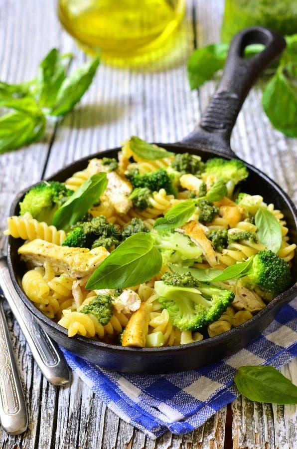 Fusilli z kurczakiem, brokułami i basilu pesto, obrazy stock