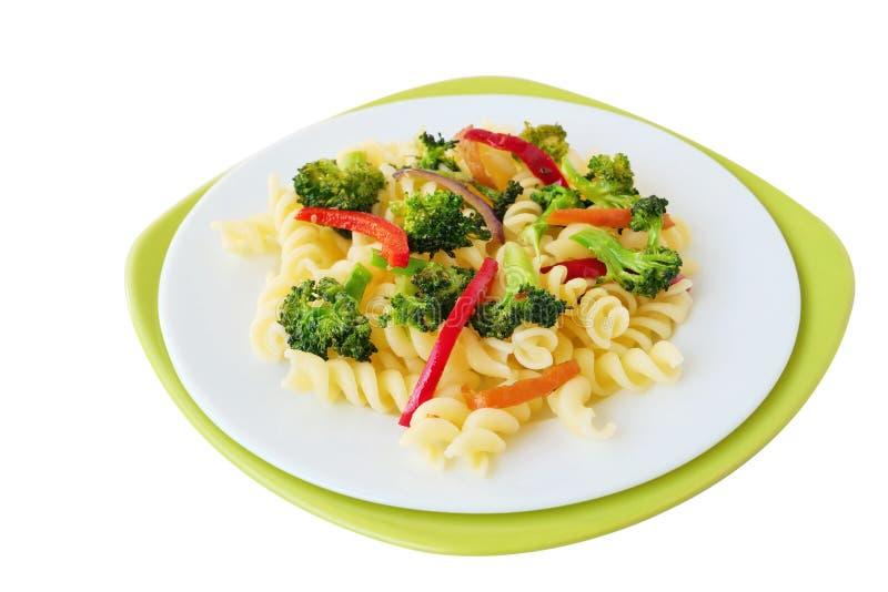 Fusillideegwaren met broccoli en groenten op witte geïsoleerde plaat royalty-vrije stock afbeeldingen