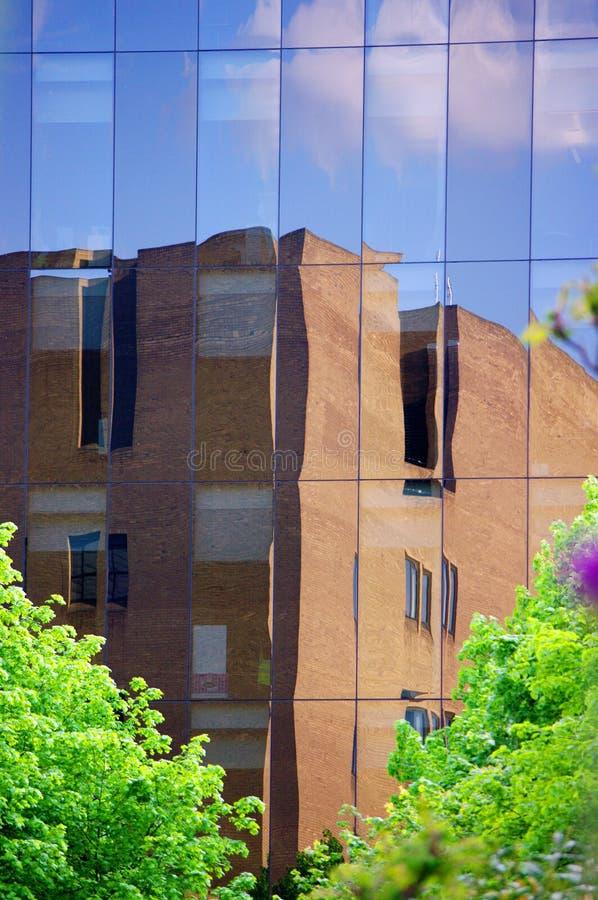 Fusion av naturen och modern livstid till och med skyscrape arkivfoto