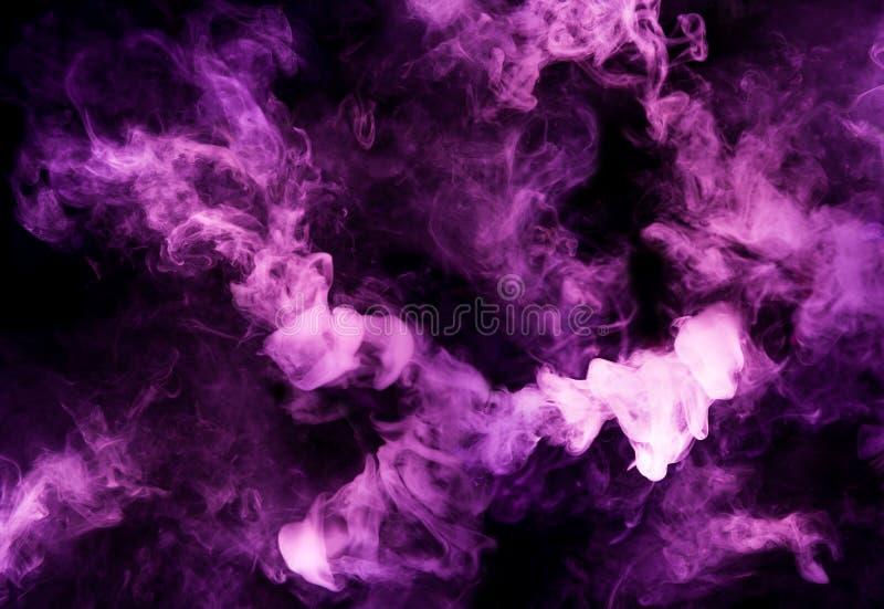 Fusion av purpurfärgad rök i rörelse arkivfoton