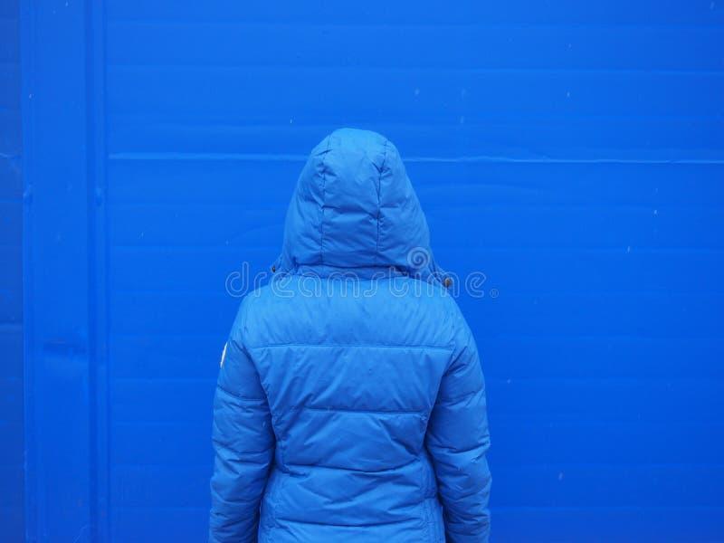 Fusion bleue de veste bleue d'homme de mur photo stock