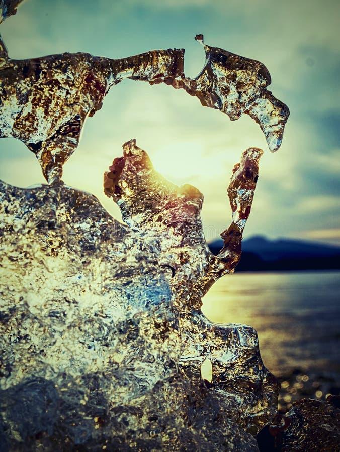 Fusione dei ghiacciai sulla riva pietrosa Sbiadire le banchise immagini stock libere da diritti