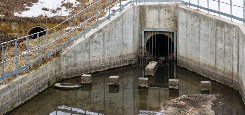 Fusioni sporche delle acque reflue da acque luride concrete rurali fotografia stock libera da diritti