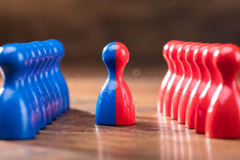 Fusionnement des gages rouges et bleus photo stock