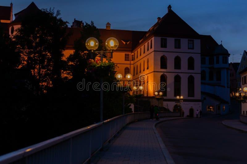 Fussen, Alemanha, o 26 de maio de 2018 Rua da noite em Fussen Alemanha Baviera imagem de stock royalty free