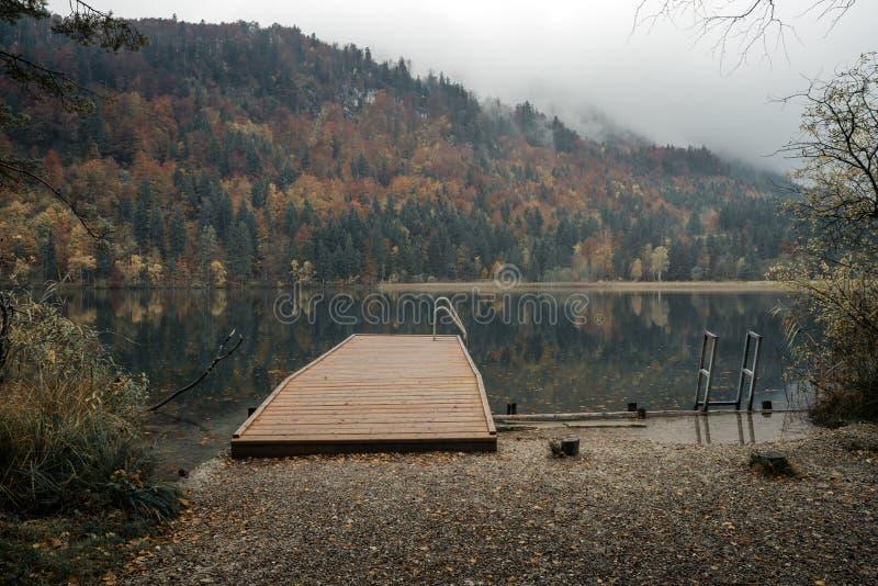 Fussen, Baviera, Alemanha Lago alpino Schwansee perto de Hohenschwan imagens de stock