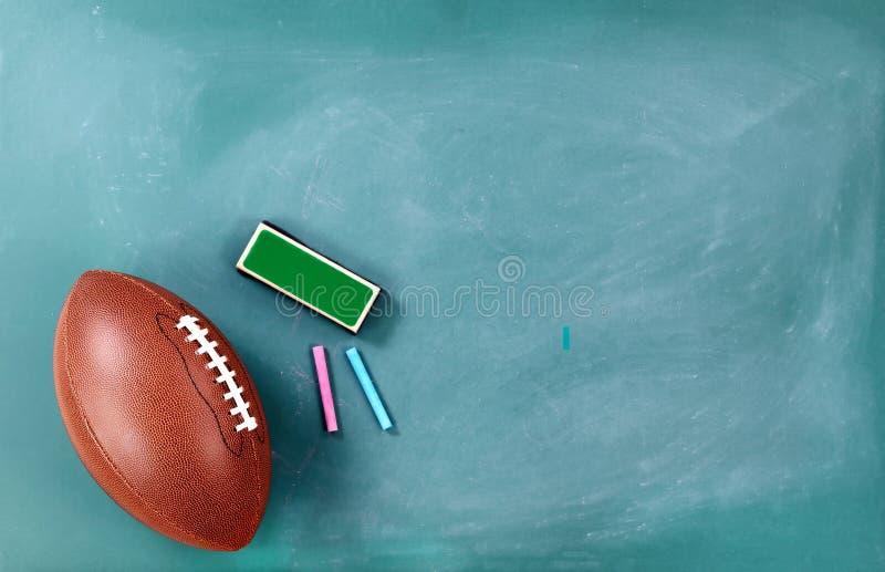 Futbol amerykański na chalkboard z gumką i kredą obraz stock