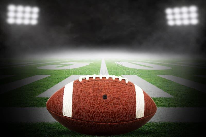 Futbol Amerykański na polu Z Powstającą mgłą i Dramatycznym oświetleniem fotografia royalty free