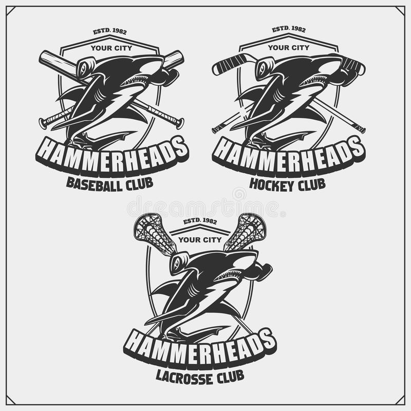Futbol, baseball, lacrosse, hokej etykietki i logowie, i Sporta klubu emblematy z hammerhead rekinem royalty ilustracja