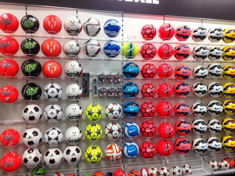 Download Futbol Lub Piłek Nożnych Piłki Na Pokazie W Sporta Sklepie Obraz Stock Editorial - Obraz złożonej z futbol, kolorowy: 53780979