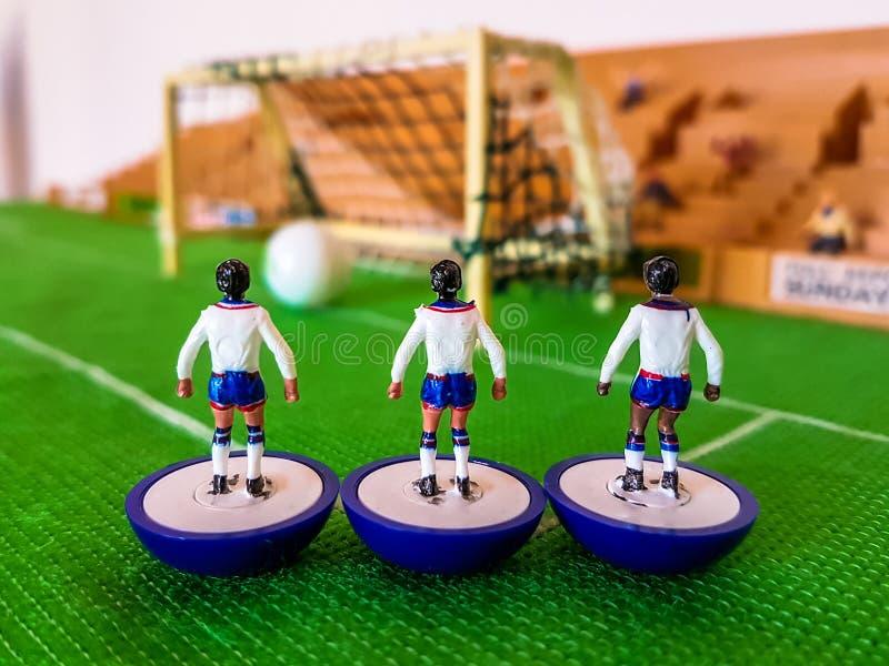 Futbol postacie wykładali up na trawy polu zdjęcie royalty free