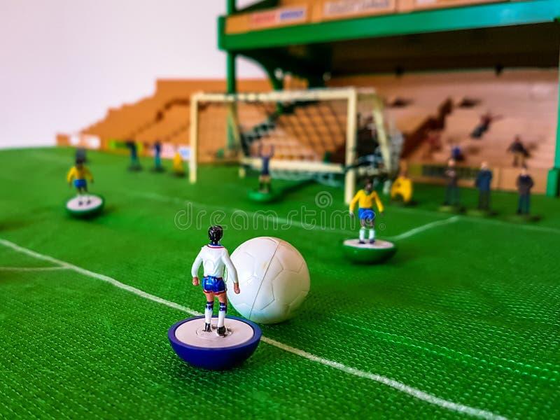 Futbol postacie wykładali up na trawy polu obraz stock