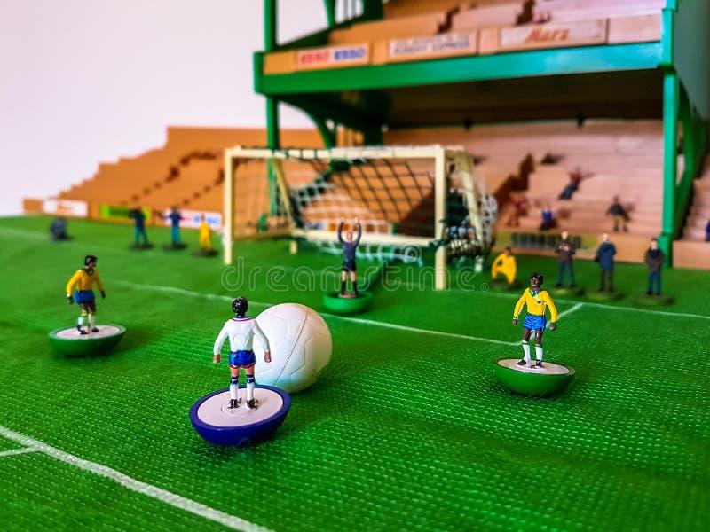 Futbol postacie wykładali up na trawy polu zdjęcia royalty free