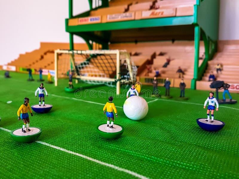 Futbol postacie wykładali up na trawy polu zdjęcia stock