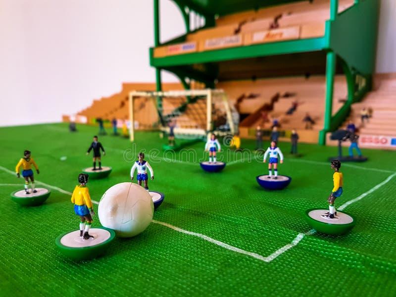 Futbol postacie wykładali up na trawy polu fotografia royalty free