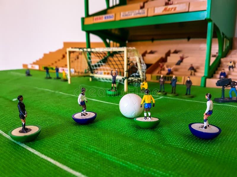 Futbol postacie wykładali up na trawy polu obraz royalty free