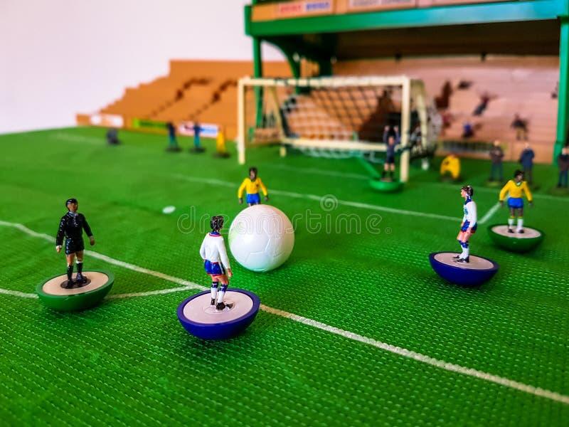 Futbol postacie wykładali up na trawy polu fotografia stock