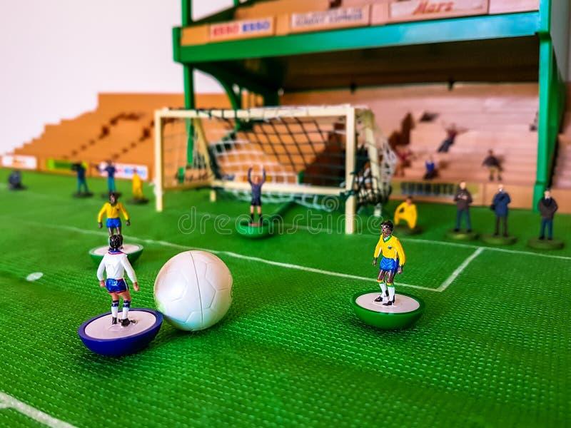 Futbol postacie wykładali up na trawy polu obrazy stock