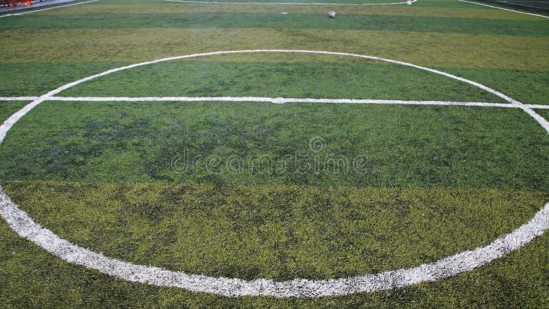 Futbol wykładał zielonej trawy pole przy kopie daleko obrazy royalty free