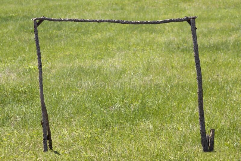 futbol zakazuje drzewnego bagażnika obrazy stock