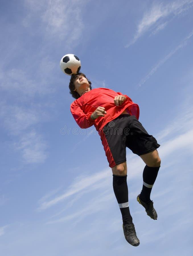 Futbolista del fútbol que hace la cabecera fotos de archivo libres de regalías