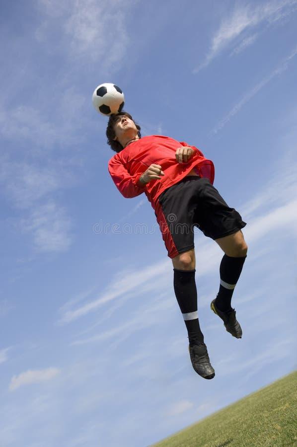 Futbolista del fútbol que hace la cabecera fotos de archivo