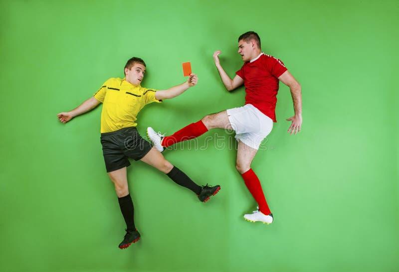 Futbolista y árbitro foto de archivo libre de regalías