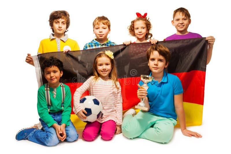 Futbolistas alemanes jovenes con una taza y una bola fotos de archivo