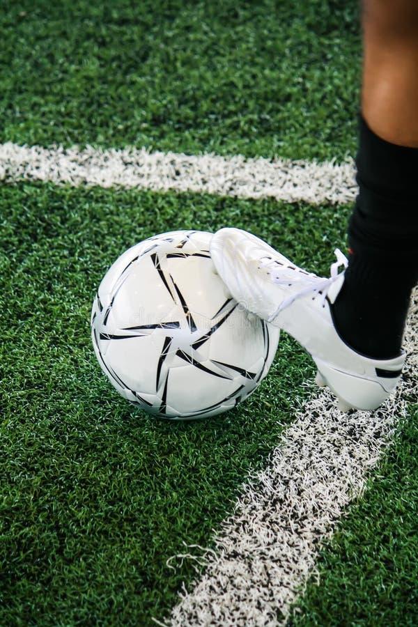 Futbolistas que entrenan a habilidades para desarrollar capacidad en el campo de fútbol fotos de archivo libres de regalías