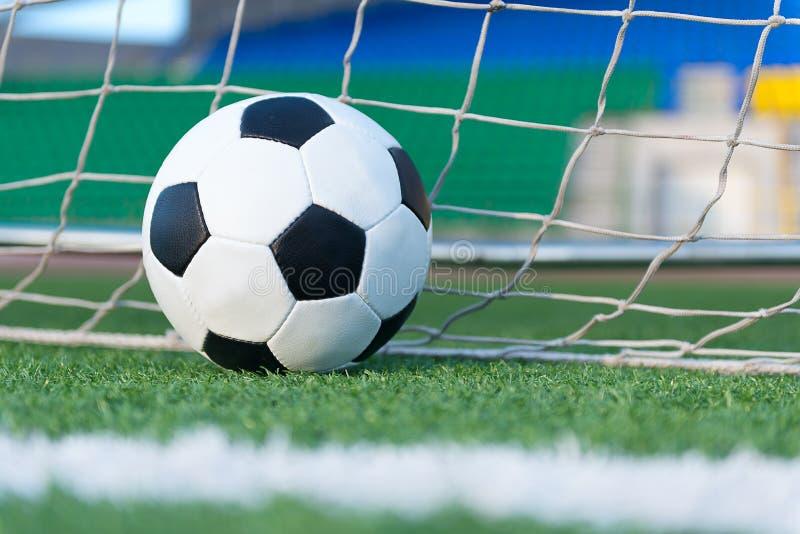 Futbolowa piłka przeciw cel sieci obraz royalty free