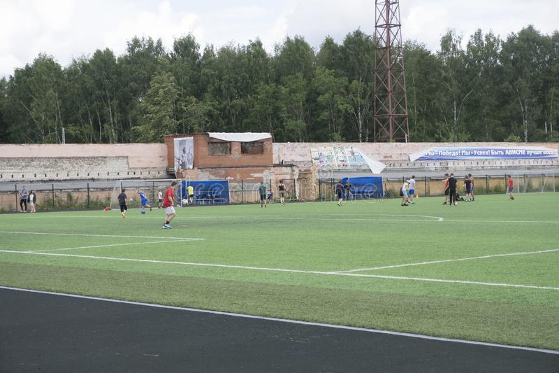 Futbolowa praktyka na śródpolnej futbolowej praktyce na polu - Rosja Berezniki 25 2017 Jul obrazy stock