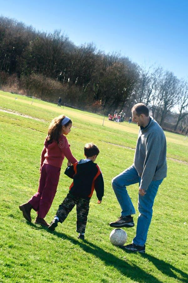 futbolowej rodzinna zabawa zdjęcia stock