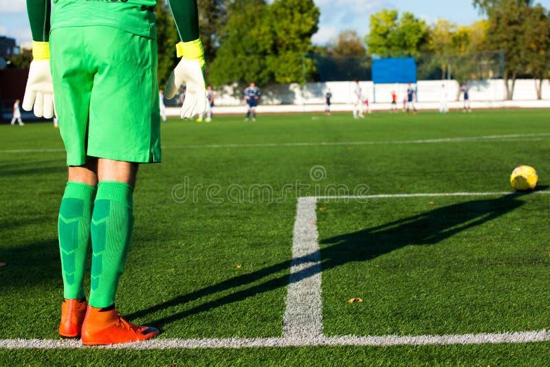 Futbolowy bramkarz w zieleni formie z cieniem i zdjęcia stock