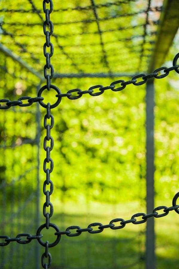Futbolowy cel z łańcuchami w lecie z zieloną naturą, streetsoccer cel obraz stock