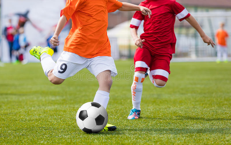 Futbolowy mecz piłkarski dla dzieci dzieciaki bawić się meczu piłkarskiego turniej Chłopiec Biega futbol i Kopie Młodości piłki n zdjęcia stock