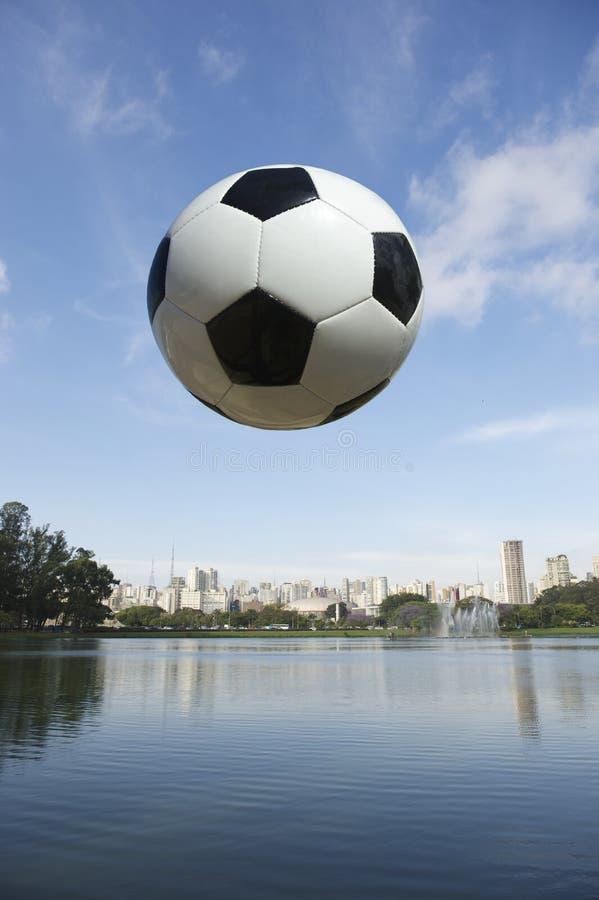 Futbolowy piłki nożnej piłki Sao Paulo Brazylia linii horyzontu park obraz stock