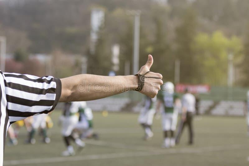 Futbolu amerykańskiego arbiter pokazuje kciuk up obrazy royalty free