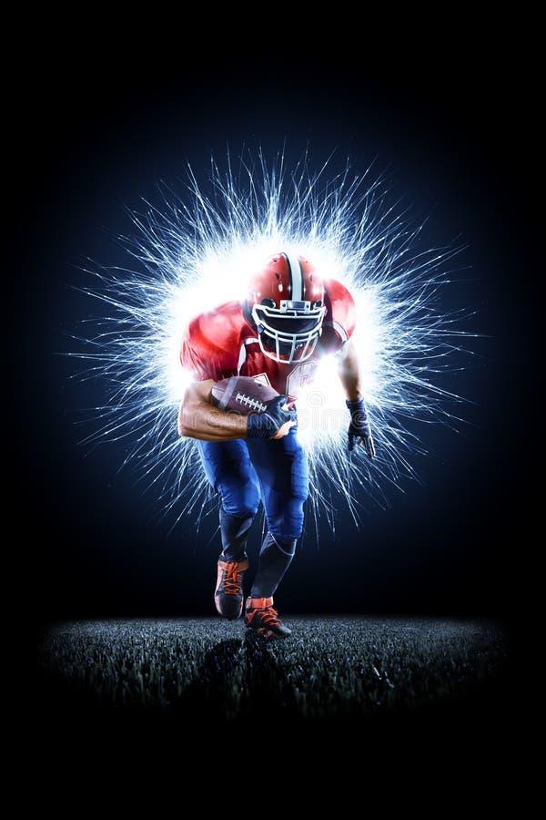 Futbolu amerykańskiego gracz w akci odizolowywającej na czerni zdjęcie stock