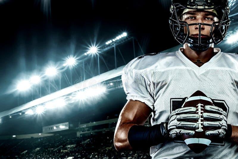 Futbolu amerykańskiego gracz w hełmie na stadium, Sport akcji pojęcie obrazy royalty free