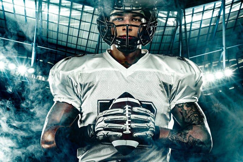 Futbolu amerykańskiego gracz w hełmie na stadium, Sport akcji pojęcie zdjęcie royalty free