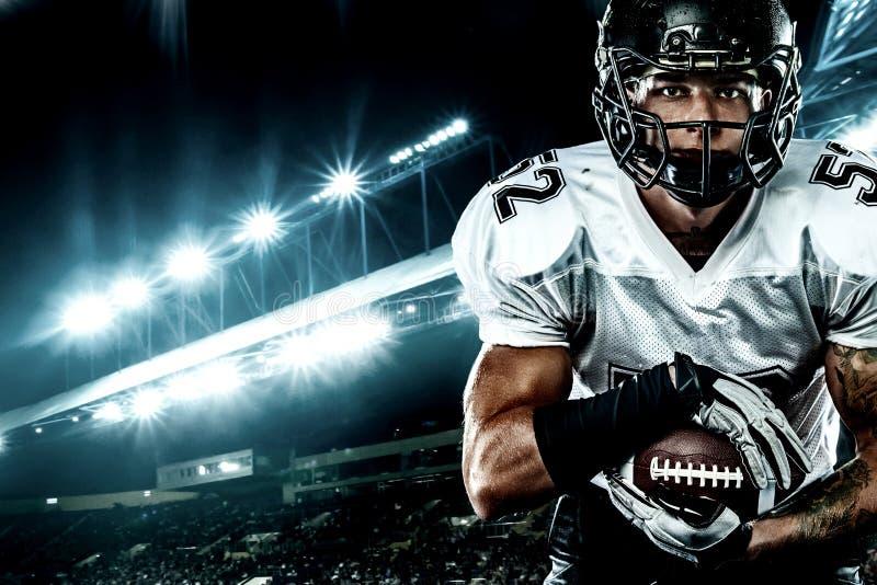Futbolu amerykańskiego gracz w hełmie na stadium, Sport akcji pojęcie obrazy stock