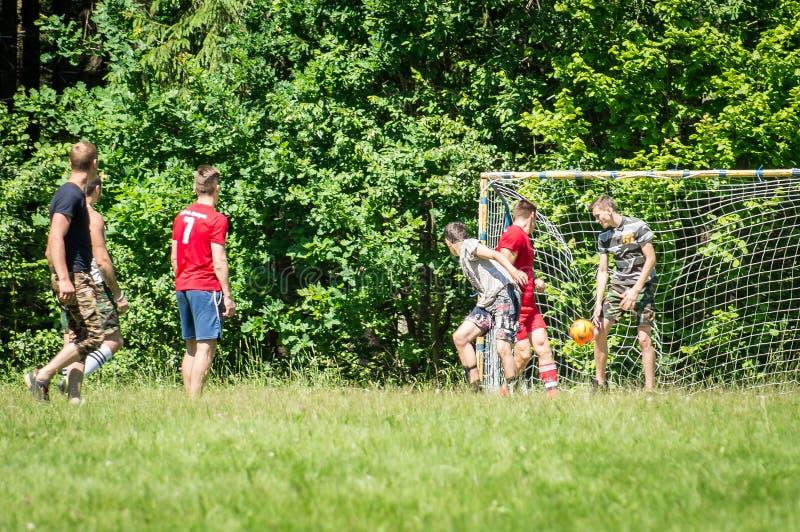 Futebol amador da jarda na região de Kaluga em Rússia fotografia de stock royalty free