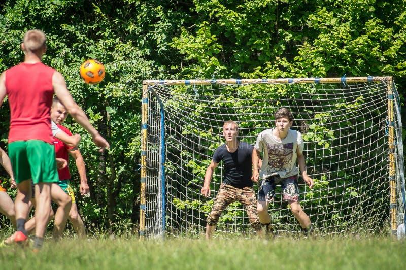 Futebol amador da jarda na região de Kaluga em Rússia foto de stock royalty free