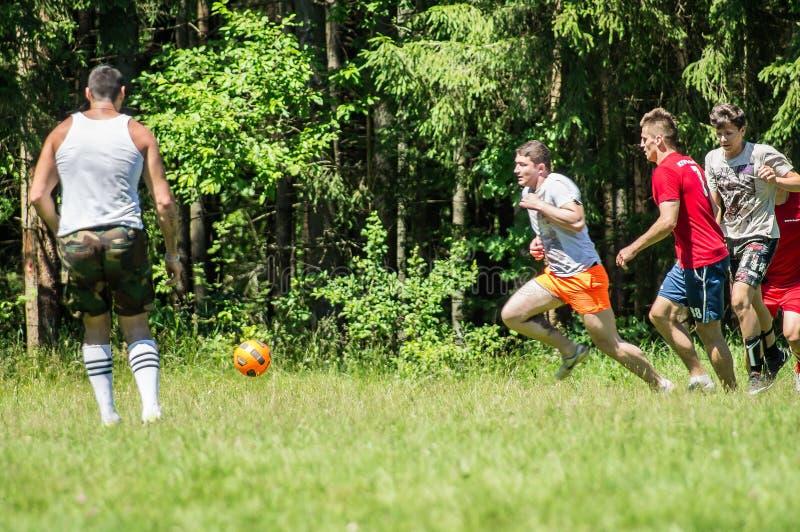 Futebol amador da jarda na região de Kaluga em Rússia imagens de stock