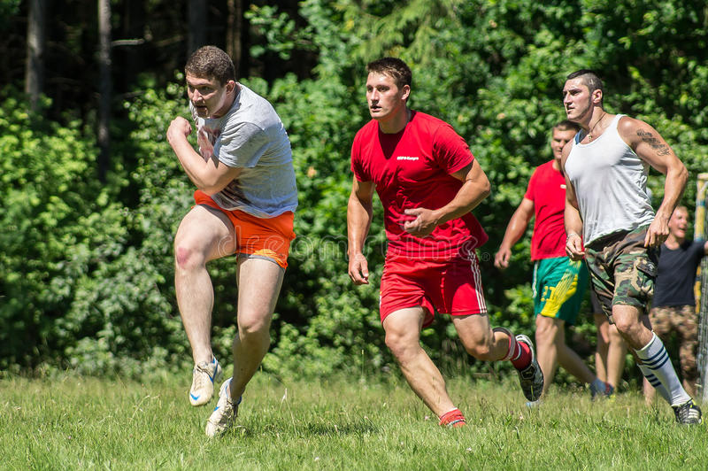 Futebol amador da jarda na região de Kaluga em Rússia fotografia de stock