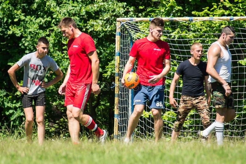 Futebol amador da jarda na região de Kaluga em Rússia fotos de stock royalty free