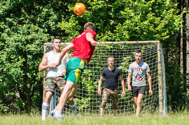 Futebol amador da jarda na região de Kaluga em Rússia imagens de stock royalty free