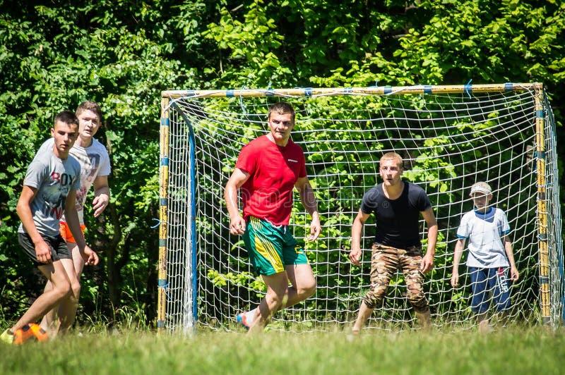 Futebol amador da jarda na região de Kaluga em Rússia imagem de stock
